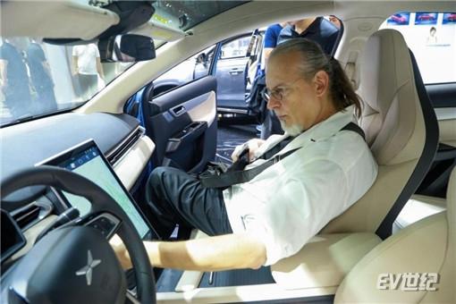 2、小鹏G3驾驶座舱标配12.3英寸全液晶仪表和15.6英寸悬浮触摸中控_副本.jpg