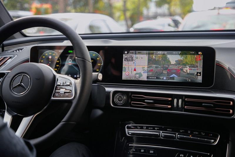 """13.""""实景穿越导航""""功能在城市道路中将实景道路环境和虚拟的导航指示信息叠加,令嘉宾游刃有余地在试驾中掌握路线信息,安全高效的做出行车判断.jpg"""