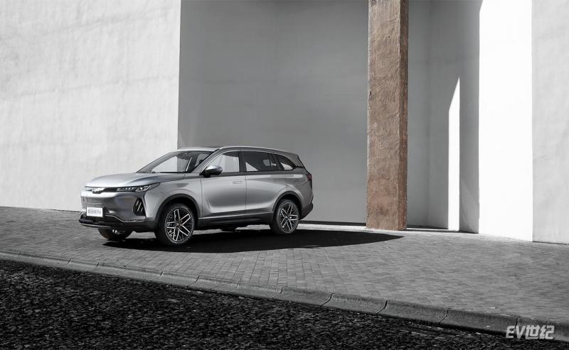威马EX6-Plus的车侧造型动感且稳重,腰线从前灯贯穿至尾灯,形成整车俯冲向前的运动风格.jpg