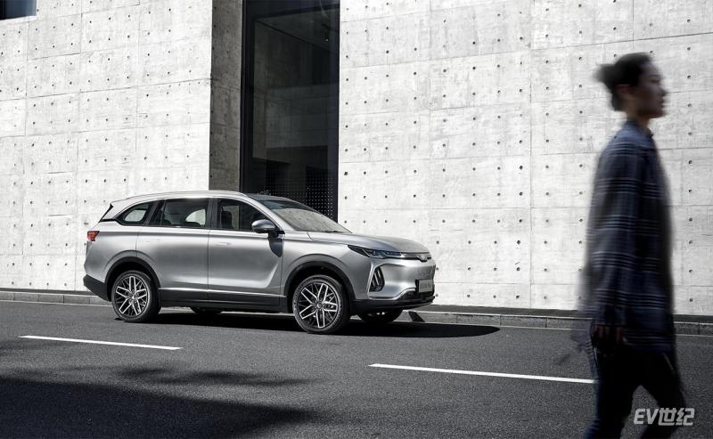 EX6-Plus车窗和整车高度比例,营造出沉稳姿态.jpg
